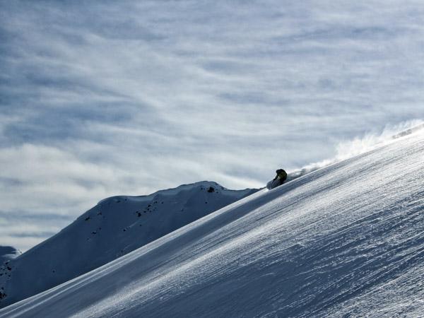 Uomo sci in polvere al Mallard Mountain Lodge