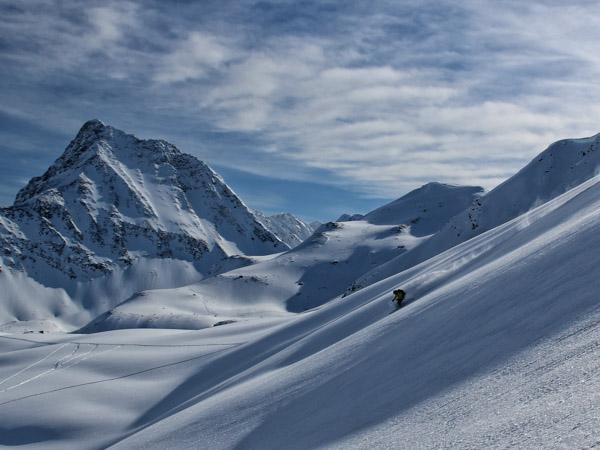 Uomo sci in polvere profonda in Mallard Valley a nelle Montagne Rocciose Canadesi
